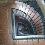 Biệt thự nên lắp đặt lưới cầu thang inox hay dây dù?