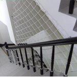 Nên lựa chọn lưới cầu thang iNox hay dây dù